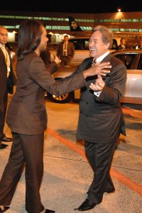 Winston Peters greets Condoleeza Rice at Auckland Airport 2008 (Ola Thorsen, Wikipedia Commons)