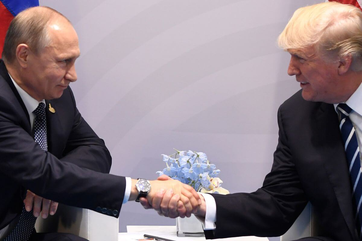 Trump and Putin shake hands at G20 2017.
