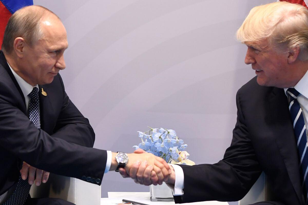 Trump and Putin shake hands at G20 2017.